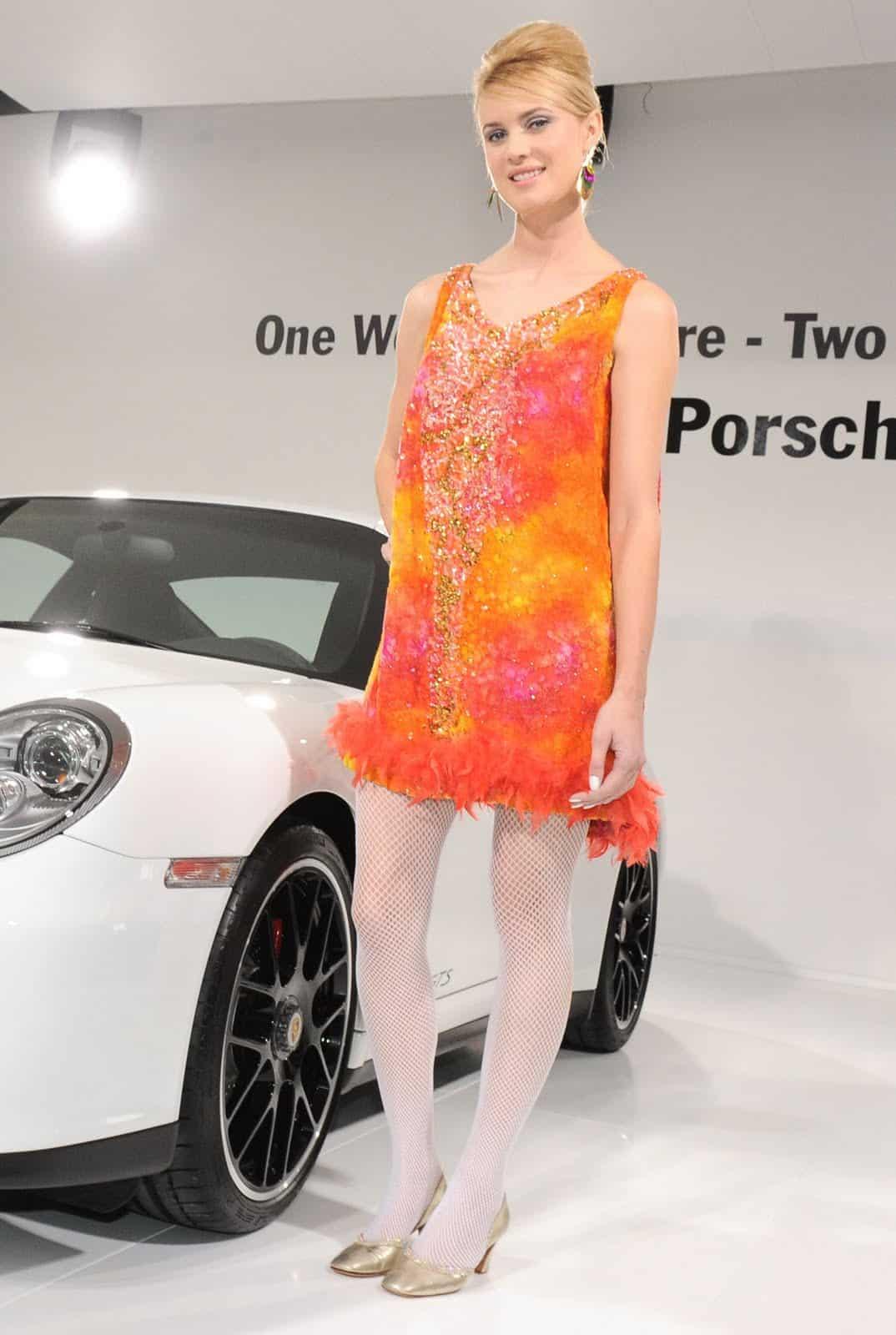 LA-Hot-Auto-Show-Girls-Porsche-Red-Head
