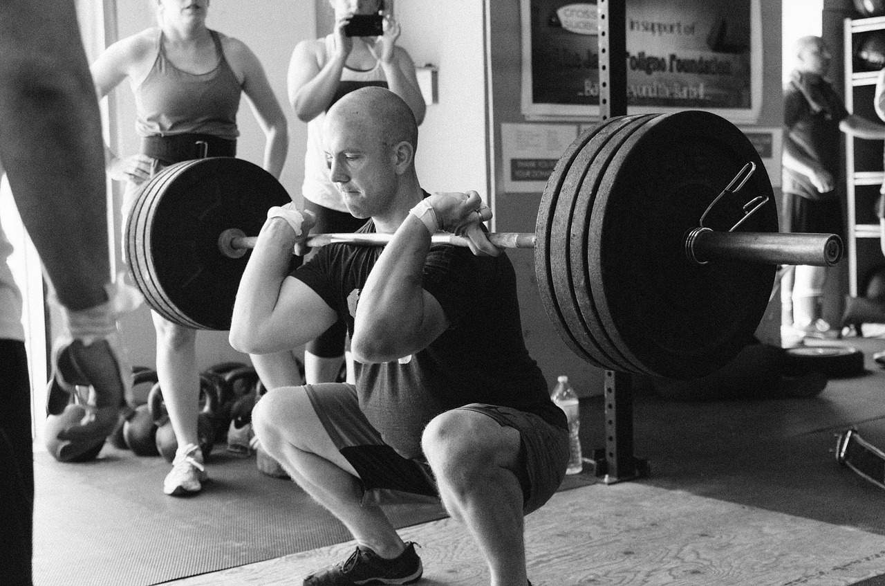 man powerlifting weights