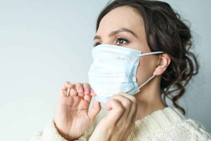 woman wearing n95 mask