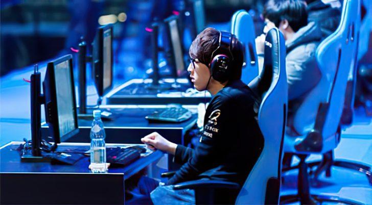 korean gamer playing