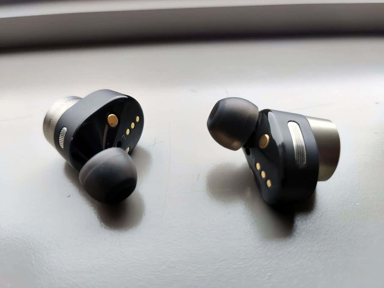 bowers and wilkins PI7 headphones